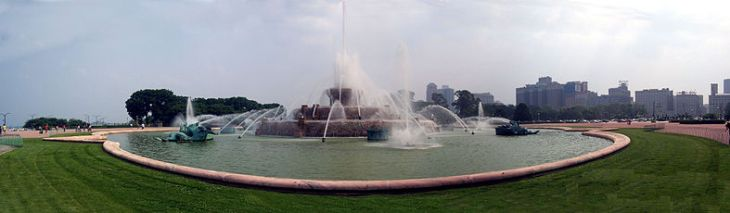 787px-Buckingham_Fountain_Panoramic_View.jpg