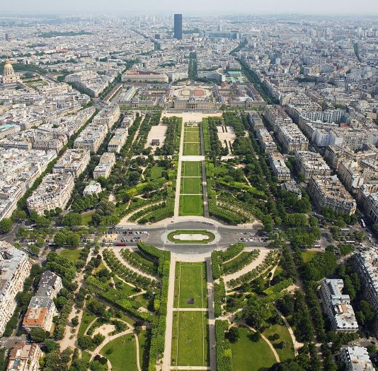 1200px-Champ_de_Mars_from_the_Eiffel_Tower_-_July_2006_edit